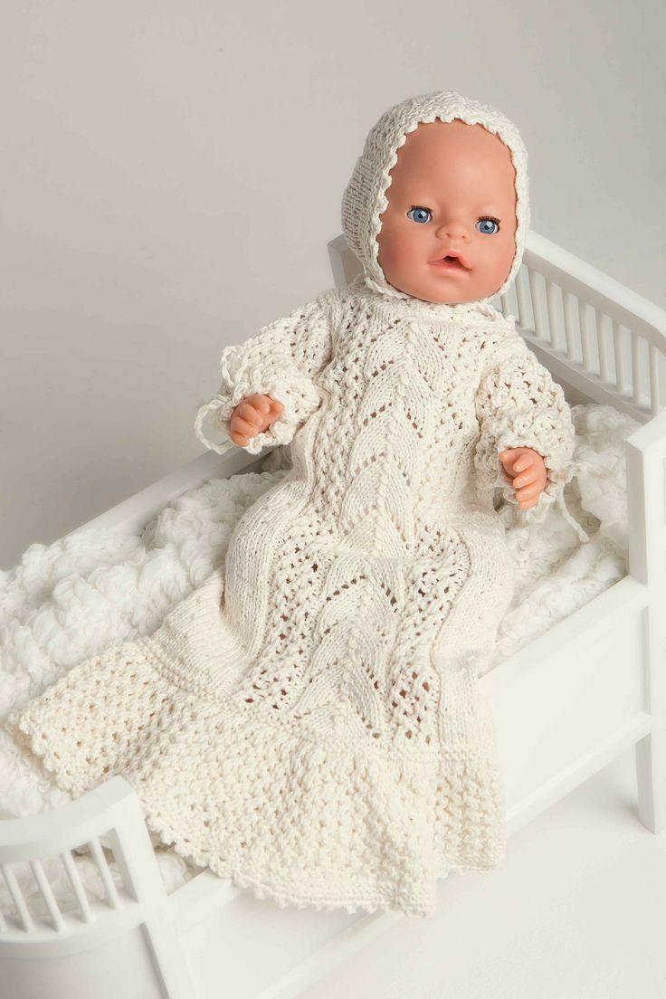 Nydelig dåpskjole til babydukken. En søtere dåpskjole til dukke skal du vel lete lenge etter? Kjolen har fire mønsterdiagrammer som må følges, og er ganske så visst ikke den enkleste man kan gå løs på, men du verden så flott den blir! Denne vil vi tro at alle som har en babydukke blir henrykt over å få i gave.