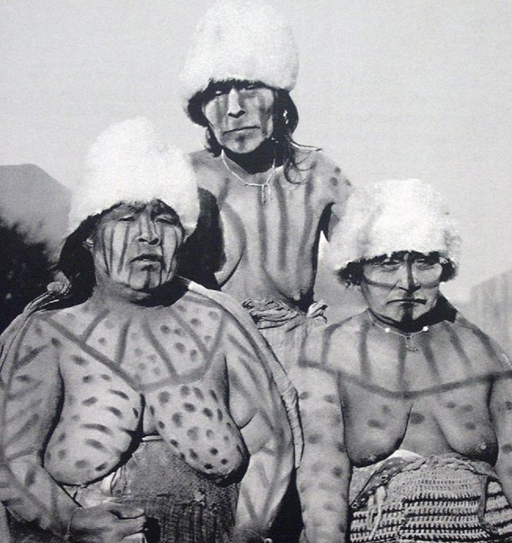 Yámanas. Adultos femeninos con puntura corporal - Los yámanas poblaron los archipiélagos del extremo sur americano, desde la Península de Brecknock hasta el Cabo de Hornos. Se les encontraba en la costa meridional de Isla Grande de Tierra del Fuego, en las costas del Canal Beagle y las islas adyacentes