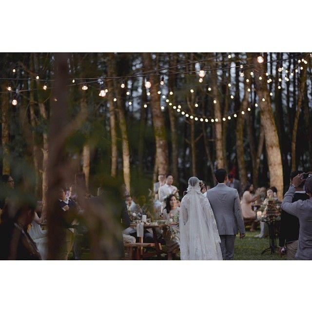 Suasana di wedding ini terasa begitu hangat. Hanya ditemani pencahayaan lampu bohlam yang digantung tak beraturan. Suasana sama sekali tidak kaku, membaur satu sama lain dan semua tamu merasa sangat kekeluargaan  #andienippewedding