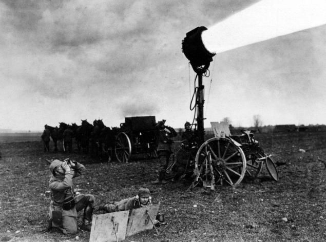 Spotlight used for protection from enemy attacks on the Western Front. Archive Scherl / Süddeutsche Zeitung,