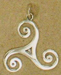 Triskele is een oud Keltisch symbool. Het heeft meerdere betekenissen, maar bovenal symboliseert het toch het leven. De Triskele staat voor de beweging van Geboorte - Dood - Wedergeboorte. Daarnaast staat de Triskele ook voor de elementen(de Kelten kende er maar drie); water, aarde en lucht. Ook kan het de zon symboliseren.