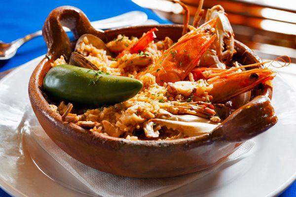 La cocina veracruzana consiste principalmente en platillos preparados con pescados y mariscos, usualmente acompañados con salsa picante. No dejes de probar los camarones a la diabla, la jaiba en chilpachole, la sopa tradicional preparada con chile serrano o el huachinango a la veracruzana.