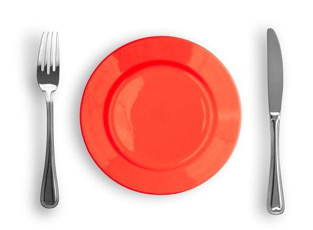 #Pszichológusok megfigyelték, hogy az emberek kevesebbet esznek és isznak, ha az #ételeket és italokat #piros tányérban, illetve piros pohárban szolgálják fel