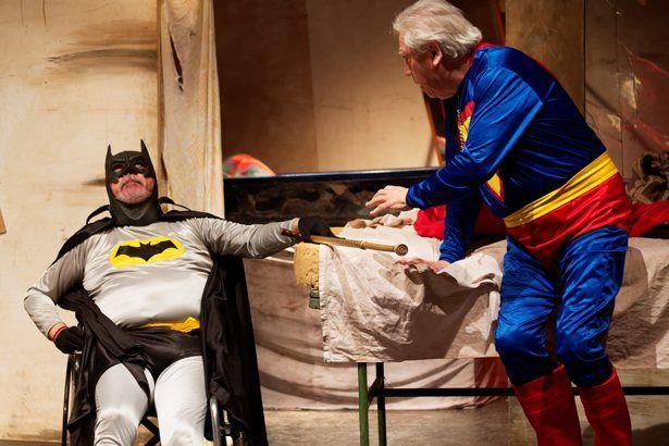 """Chau, no va más : Al compás de superman  """"Nosotros Fuimos"""" una historia de la decadencia de un grupo de superhéroes escrita con gran humor por Gustavo Sassi dirigida por Juan Comotti.  Bat... http://sientemendoza.com/2015/08/23/chau-no-va-mas-al-compas-de-superman/"""
