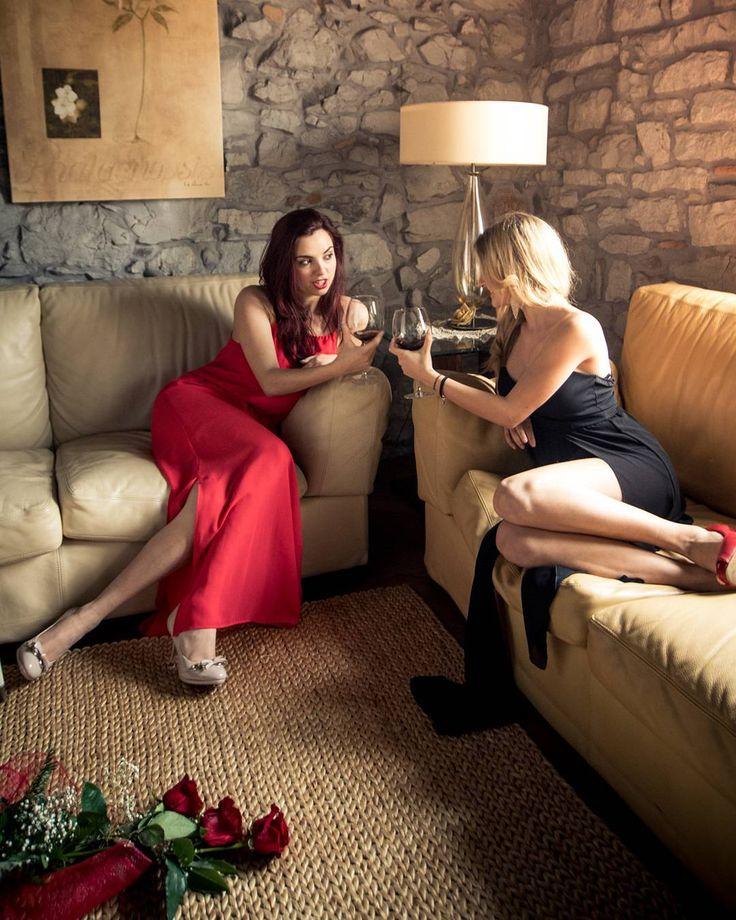 Creazione foto: Semplice luce, ma efficace. - #Luce generale dalle finestra, che da luce su i capelli della modella bionda e luce sul viso della modella mora. - 2 #pannelli : 1 per schiarire il viso della modella bionda e 1 per schiarire il fianco della modella mora.   Women's power 😍 . . .  #woman #power #smartissexy #womenpower #mavelous_shots #portraitpage #global_ladies #global_ladies_november16 #dominiquepozzo #dqclick #portraitphotography #portrait