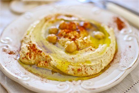El hummus es uno de los mejores y más sanos aperitivos de la cocina de Oriente Medio, muy típico de la cocina libanesa. Los ingredientes son baratos y es muy sencillo de hacer, aunque para conseguir un plato más auténtico debemos añadir tahina, que es una pasta cremosa hecha a base de sésamo. Esta receta …