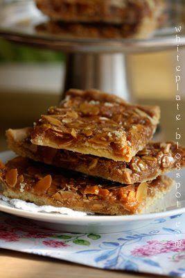 Zamiast mazurka: Maślane kwadraty z migdałami w karmelu. | White Plate