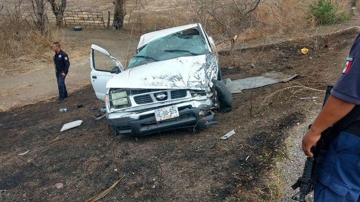 Los hechos, en el paraje conocido como la Barda de Piedra, en la salida a Comburindio; dos camionetas Nissan de color blanco se impactaron de frente, al parecer fue la ...