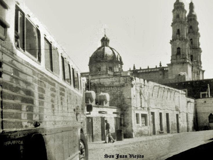 Camion de pasajeros entrando a su central en San Juan de los Lagos Jalisco Mexico