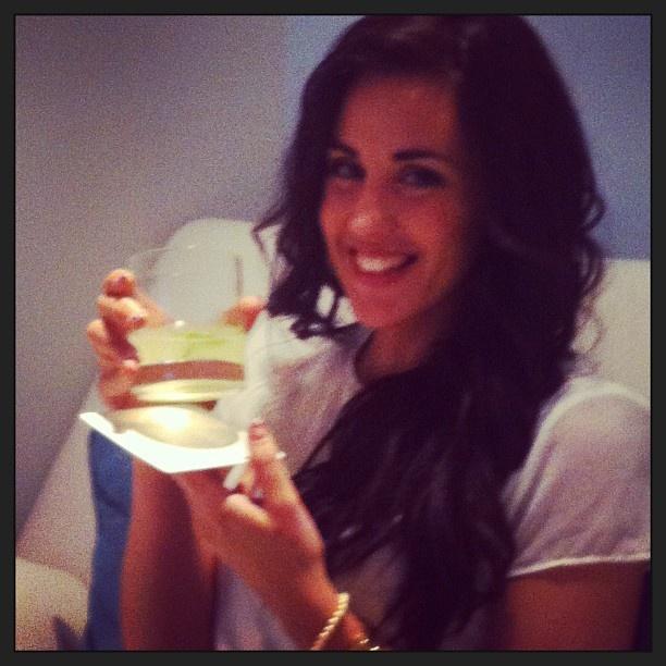 Patry Jordan de @secretosdechicas con una limonada en Bliss Spa, disfrutando una pedicura @Essie Martin #takeabreakgirl