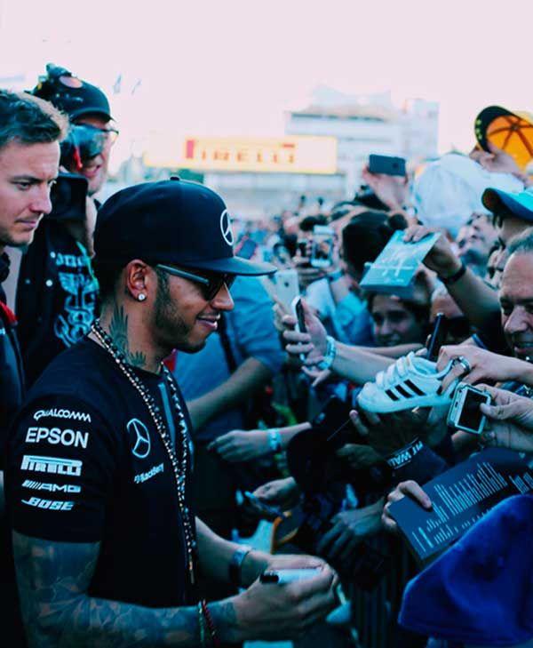 Serenata, sombrero de charro y lujo, la noche de Lewis Hamilton en Masaryk