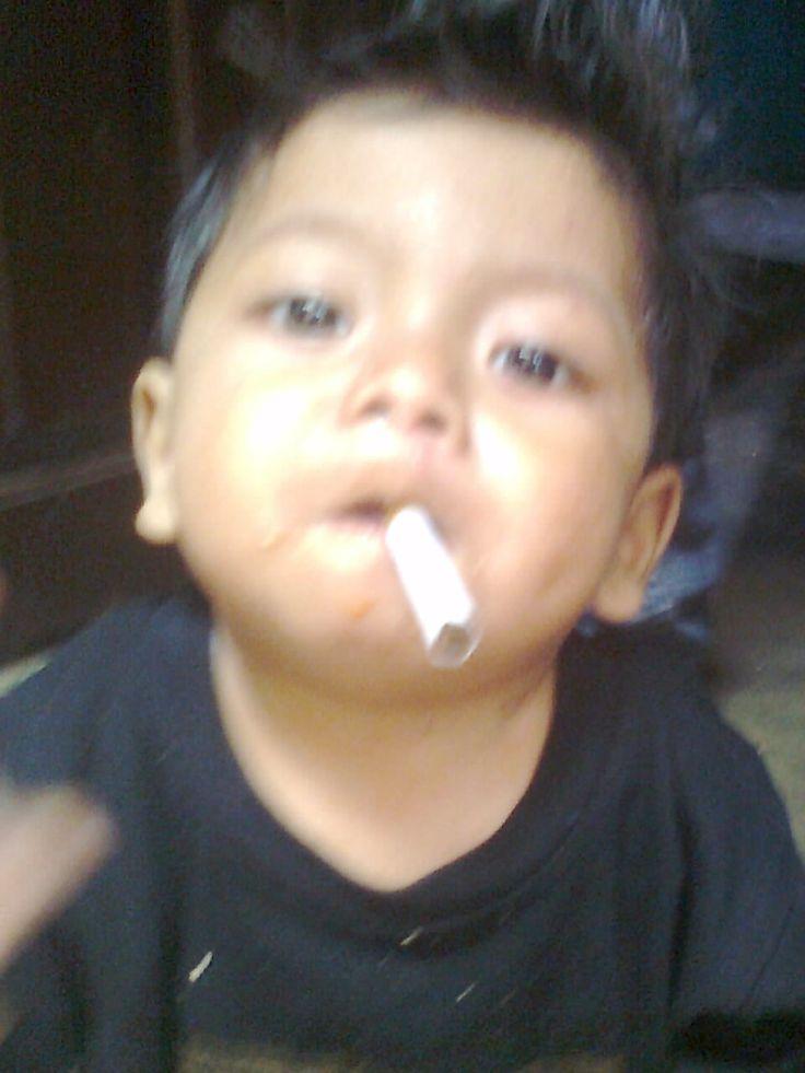 abang mau ikut ngeroko heheh sensor jangan di ikutin ya meroko itu berbahaya