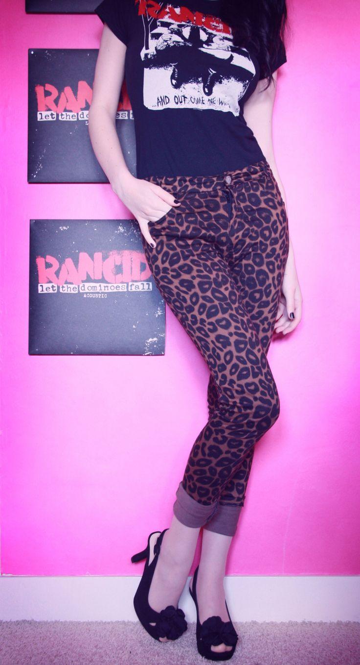 Quem diria que eu ia viver pra ver uma camiseta do Rancid com uma calça de oncinha e sapato de salto...