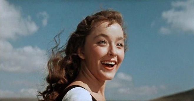 Анастасия Вертинская – как не вспомнить Ассоль из фильма «Алые паруса», Гуттиэре из «Человек – амфибия». Такие романтичные роли!