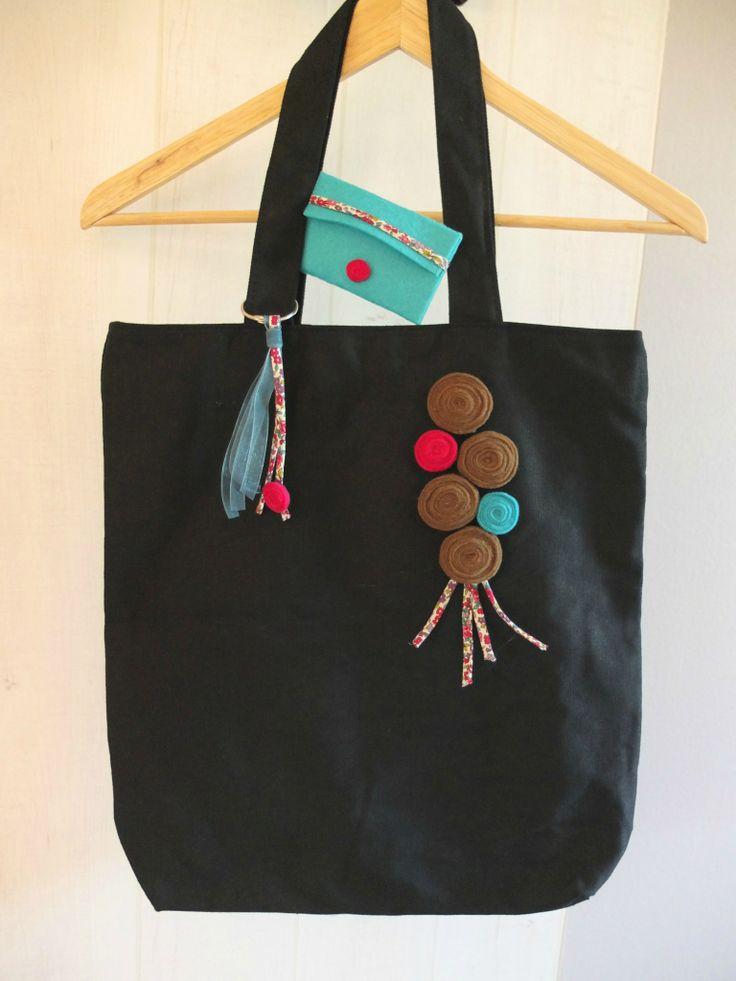 Sac décoré fait main en feutrine avec porte carte et bijou de sac, se porte à l'épaule www.bonneetoile1.canalblog.com