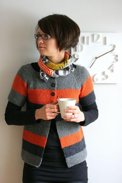 Chaqueta básica, de manga corta, a listas en tonos grises y naranja en ravelry.