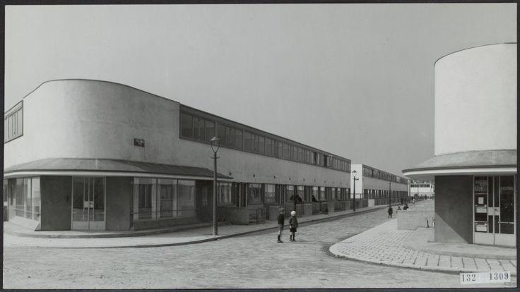 De Kiefhoek, Rotterdam, 1925-30, J.J.P. Oud, verwees naar eerste industriële architectuur. Functionalisme
