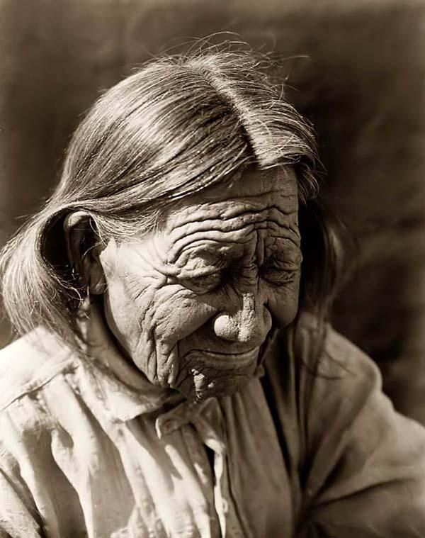 You are looking at an educational picture of an old Arapaho. It was taken in 1910 by Edward S. Curtis.    The picture presents Arapaho person, head-and-shoulders portrait, looking downward to the right.: Edward Curtis, Curtis Photos, American Photos, American Indian, Arapaho Indian, Ancient Arapaho1910, Indian Women, Indianen Portraits, Native American