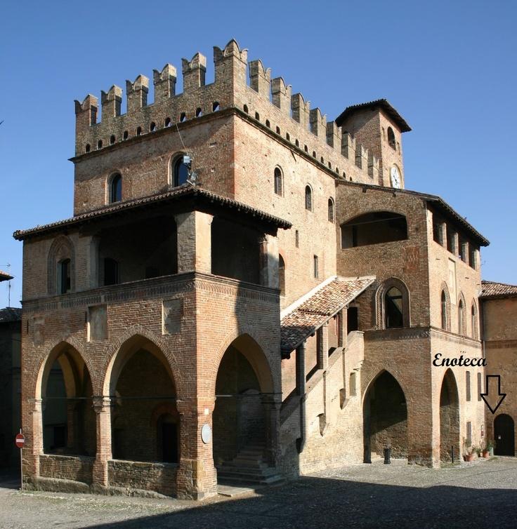 Questo è il Palazzo del Podestà, 1292. L'ufficio turistico è proprio qui, sotto gli archi! This is Palazzo del Podestà, built in 1292. Tourist information office is right there, under the archades!