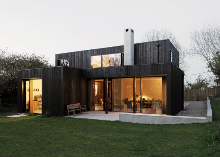 Black-painted seaside house by Dow Jones mimics fishermen's sheds