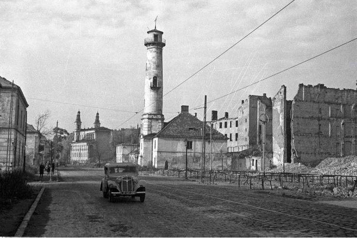 Ulica Chłodna . Chociaż po wojnie odbudowano dwa pawilony koszar mirowskich pomiędzy ulicami Chłodną a Elektoralną , to z trudnych do zrozumienia powodów zburzona została dawna wieża straży pożarnej. Sama zabudowa ulicy Chłodnej była niemal w całości zniszczona. Fot. Edward Falkowsk