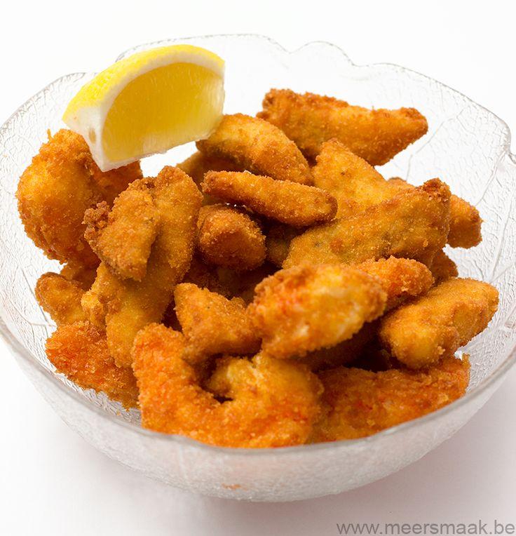 Ik heb er een aantal scampi's bij gedaan maar die werden ook door depanko gehaald. Panko is een soort paneermeel en komt uit de Japanse keuken. Ze verkopen panko o.a. in de Colruyt. ca. 2 scampi's/pp. ca 150 g visfilet per persoon (kabeljauw, Alaska pollak…) 3 losgeklopte eieren bloem paneermeel zout en peper citroen Pel …