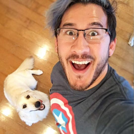 OHMYGOSH HES WEARING A CAPTAIN AMERICA SHIRT! MARKIMOO I LOVE YOU!!!!!