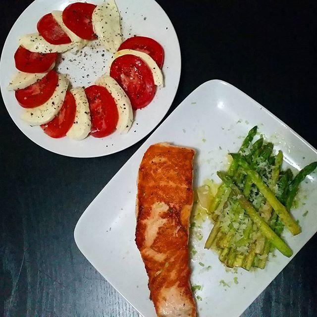 Postei tudo no snap dalila.di como faz o salmão perfeito e que nunca falha. O jantar foi salmão cozinhado em um tico de óleo de coco no fogo bem quente aspargo na manteiga com raspa de lima e parmesão ralado e salada caprese. Tem coisa melhor que comida boa rápida gostosa e saudável? Fiz essa refeição em menos de 20 minutos. Aí vem as mimizenta e diz: ahhhh mas salmão e aspargo é caro. Fiaaaa troca salmão por outro peixe e aspargo por espinafre  ou outro vegetal e fica bom igual. E agora?…