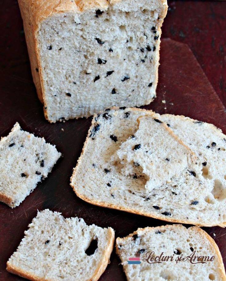 Pâine cu măsline frământată și coaptă la mașina de făcut pâine Panasonic. Pâine cu făină albă și adaos de măsline. Pâine la mașina de făcut pâine.
