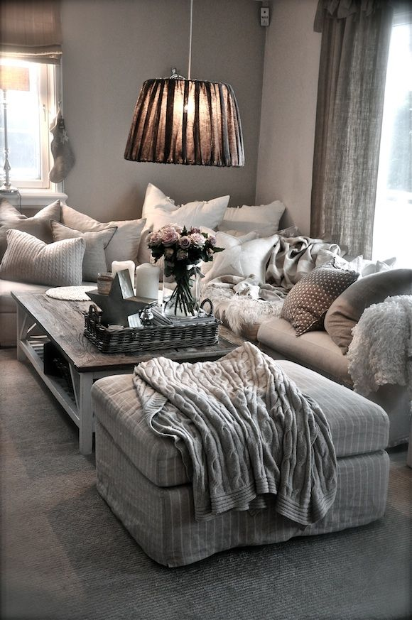 ♡ this room seems so cozy.... Not in love with the ceiling lamp shade