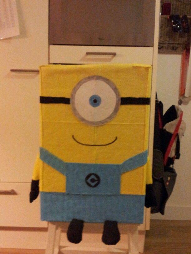 Hele vette SUPRISE van een MINION gemaakt van schoonmaakdoekjes , antislip mattjes , lijm ,  karton en papier . Heel snel te maken ( lijm moet wel ff drogen )