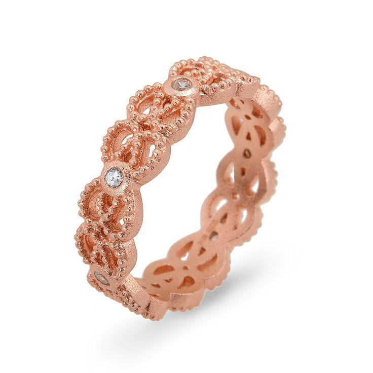 Przepiękny pierścionek srebrny, złocony, wysadzany cyrkoniami. Subtelny, romantyczny wzór, wykonany z niezwykłą starannością. Pierścionek niczym delikatna koronka otula palec. Będzie niezwykłym prezentem dla kobiety o romantycznej duszy. Dostępny również w wersji srebrnej bez złocenia. Biżuterię można skompletować z naszyjnikiem i bransoletką o tym samym wzorze.