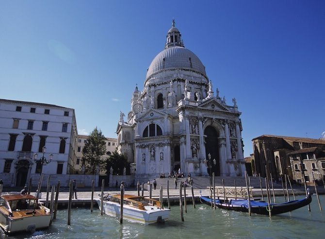 De mooiste barokke bouwwerken - Santa Maria della Salute in Venetië, Italië© Thinkstock Deze in het oog springende witte kalkstenen kerk ligt op de plaats waar het Canal Grande uitmondt in de zee. De kerk rust op maar liefst 100.000 houten palen en werd gebouwd tussen 1631 en 1687 om ervoor te bedanken dat de zwarte pest eindelijk uit de stad verdwenen was