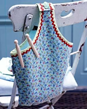 Vintage Clothes Pin Bag.....sweet I want to adapt this IDE to a gallon bleach bottle. I still like to hang my clothes on the line.