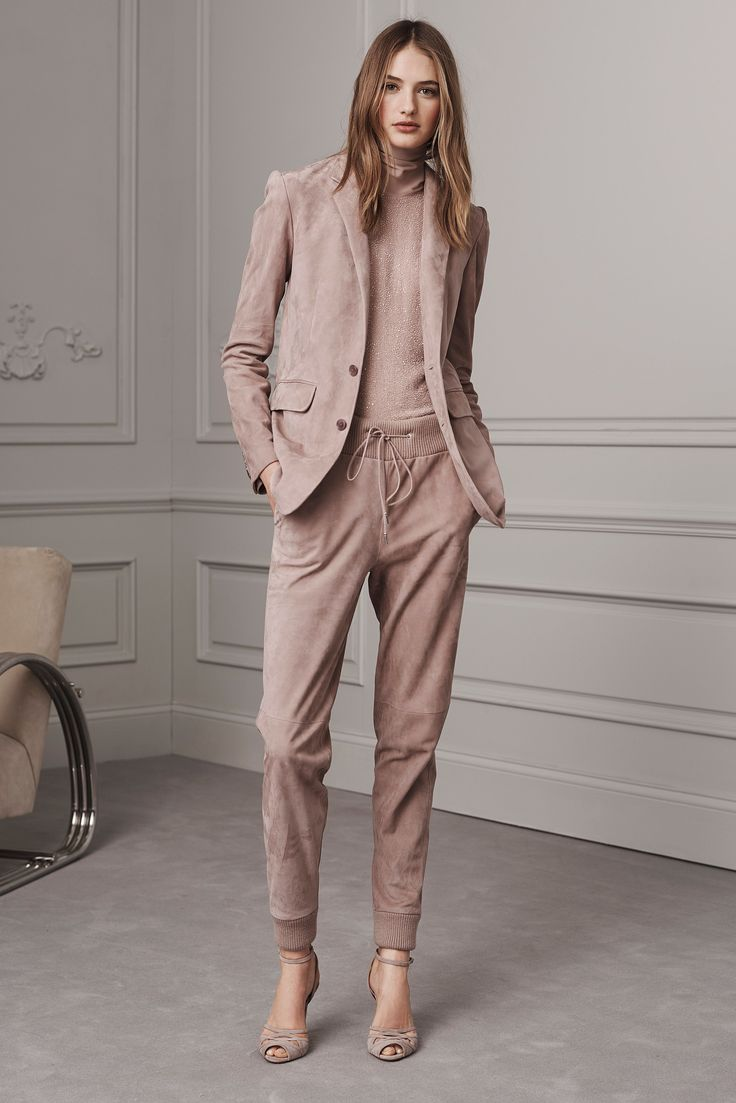 The complete Ralph Lauren Pre-Fall 2016 fashion show now on Vogue Runway.