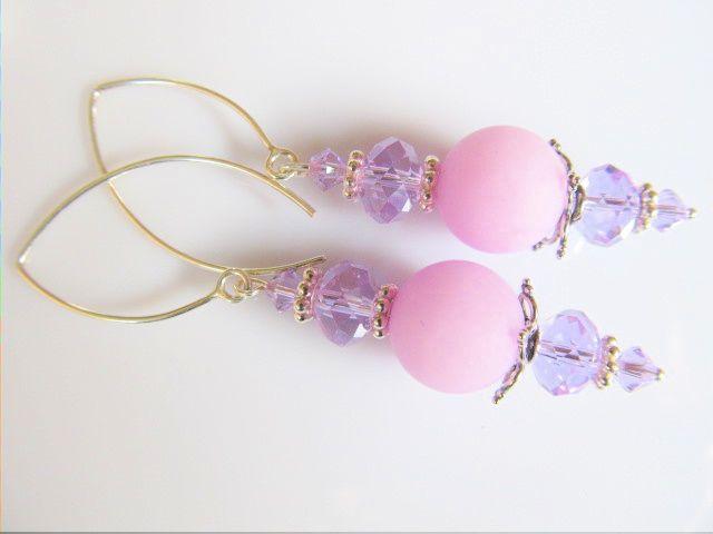 Oorbellen Lila Crystal  matte lila jade met kristal rondellen en swarovski kristal kraaltjes. geheel zilver met bolle lange oorhaken. www.doloressieraden.nl