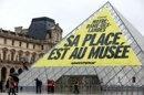 Politique Actualités - ND-des-Landes: une banderole de Greenpeace sur la pyramide du Louvre - http://pouvoirpolitique.com/actualites/nd-des-landes-une-banderole-de-greenpeace-sur-la-pyramide-du-louvre/