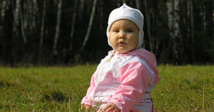 """Como tricotar um chapéu de bebê. Um chapéu tricotado à mão é um presente inesquecível e útil para uma mãe esperando um bebê - e os bebês ficam ainda mais fofos usando um. Um chapel """"cordão umbilical"""" é um gorro que termina com um top bonito encaracolado como a extremidade de um cordão umbilical, fazendo com que o bebê que o estiver usando fique parecido com um duende pequeno e ..."""