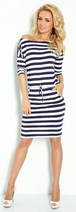 Modna sukienka w sportowym stylu. Wiązana w pasie sukienka podkreśla kształty a dekolt w łódkę sprawia, że można kusząco odsłonić jedno ramię.