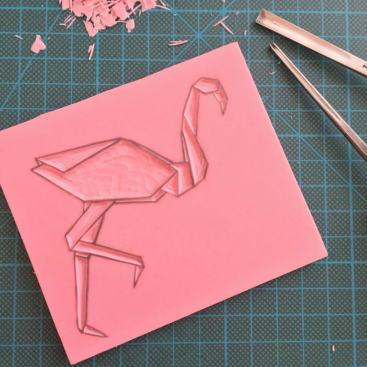Parfois je grave mes tampons en partant de l'intérieur pour ensuite faire le contour. 👉🏻From time to time I start Engraving my stamps From the inside and then I do the outside