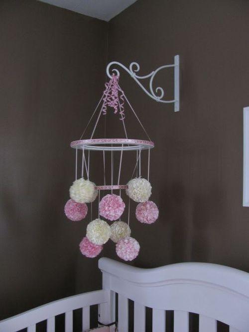 pompons na decoração de quarto de bebê feminino, pompons de lã no móbile