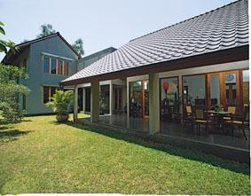 Rumah Tinggal di Bangka – Jakarta Selatan karya arsitek Tan Tjiang Ay – terbit di majalah Griya Asri edisi bulan Januari 2008 berjudul : Selasar Sebagai Orientasi Hunian.
