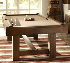Es un salon sencillo con una mesa de billar como una pieza central.