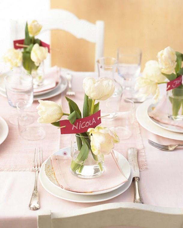 Leuk idee voor de tafelschikking | Tafeldek-tips: http://www.jouwwoonidee.nl/feestelijke-tafel-dekken-met-eigen-accessoires/