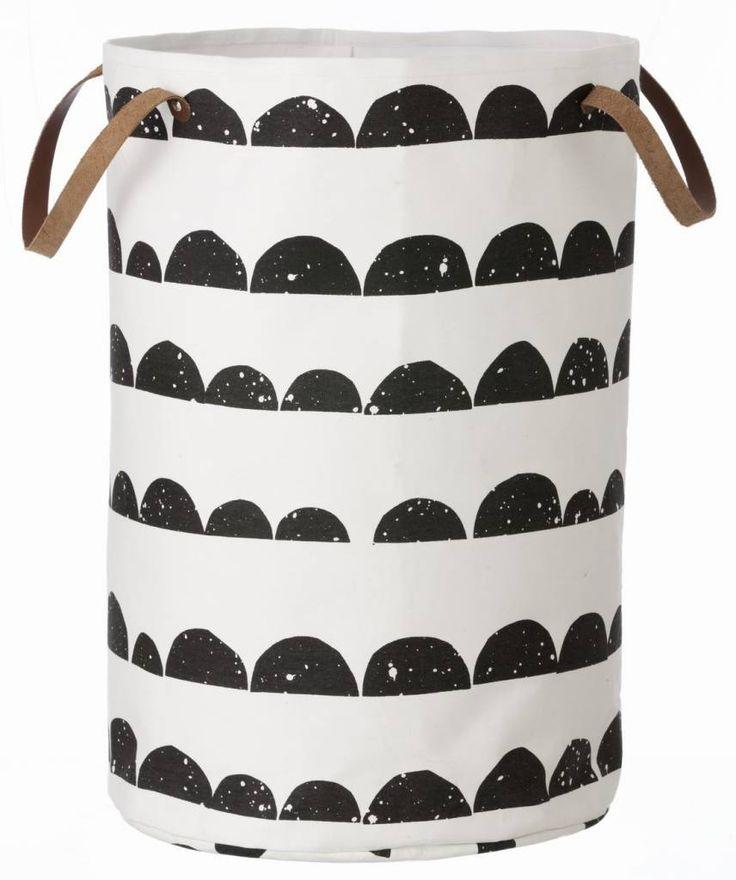 Ferm Living Wäschekorb Halbmond aus Baumwolle, schwarz/weiß, 40x60cm - lefliving.de 70€