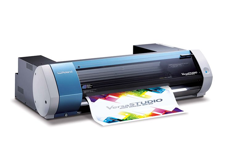 Roland VersaStudio BN20, como una impresora de escritorio, pero con 6 cartuchos, incluidos blanco y metálico. O barniz. Para realizar todos los proyectos que quiera, pero con una impresora y cortadora de calidad súper profesional en su escritorio.