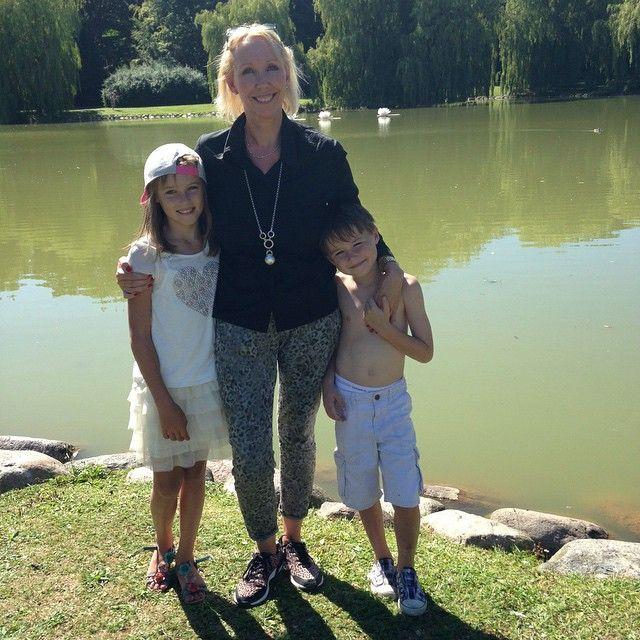 Näras djurkommunikatör Mia Mattsson-Mercer och hennes fina barn är på besök i Sverige