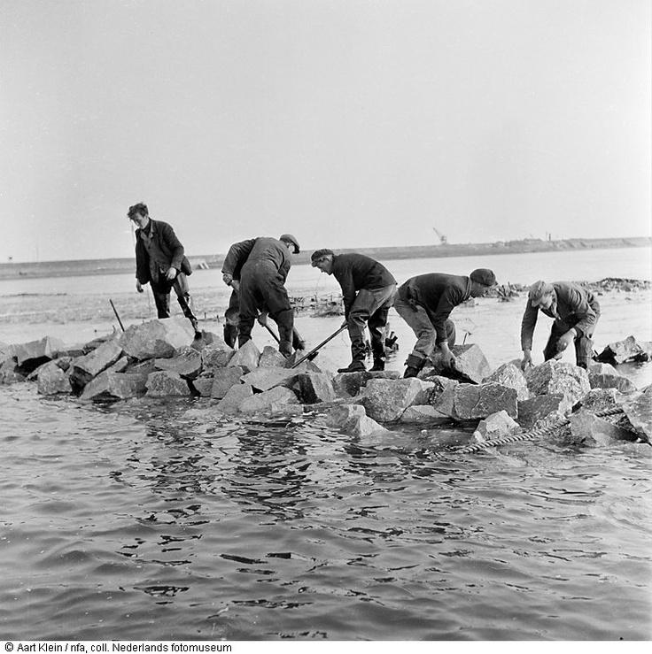 Mannen aan het werk bij een dijk, watersnoodramp, Zeeland of Noord-Brabant (1953) Maker: Fotograaf: Aart Klein