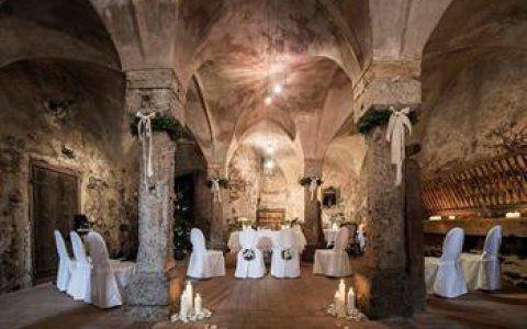 Trauung in einem alten Gewölbe