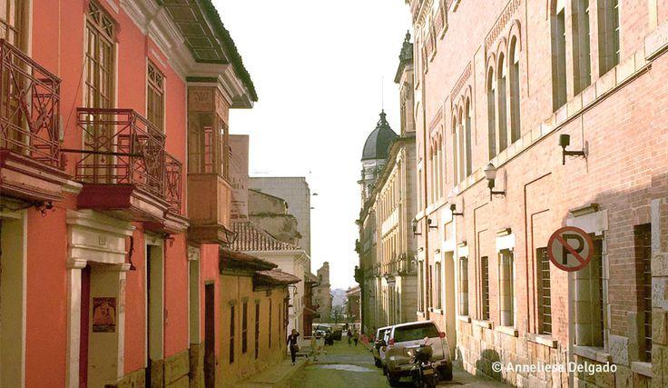 A la derecha: edificio del antiguo colegio de La Presentación. La Candelaria, Bogotá D.C., Colombia. Comentado por Gustavo Montenegro.